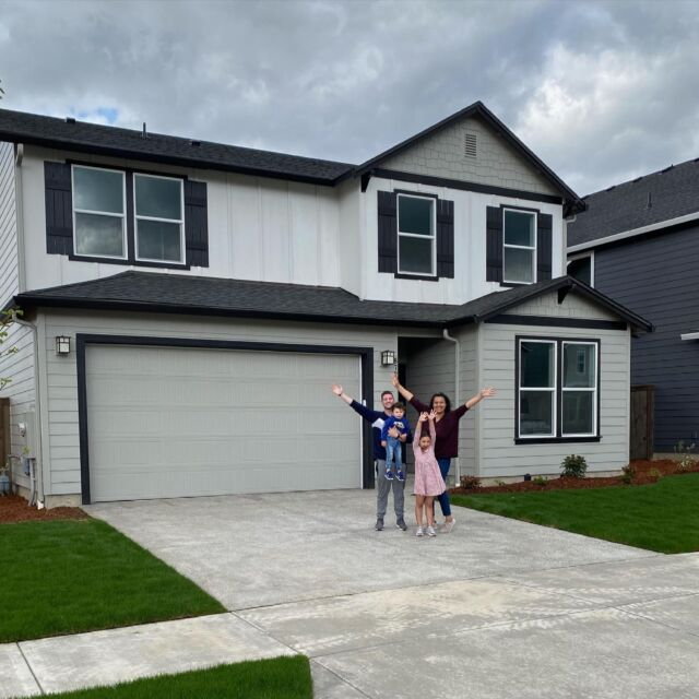 Welcome home to the Davies family! #HoltHomesNW   @lapsadavies & @benbabies we're so glad you chose Holt! Thank you to @thepettetgroup for sharing this moment with us🏡🤍 